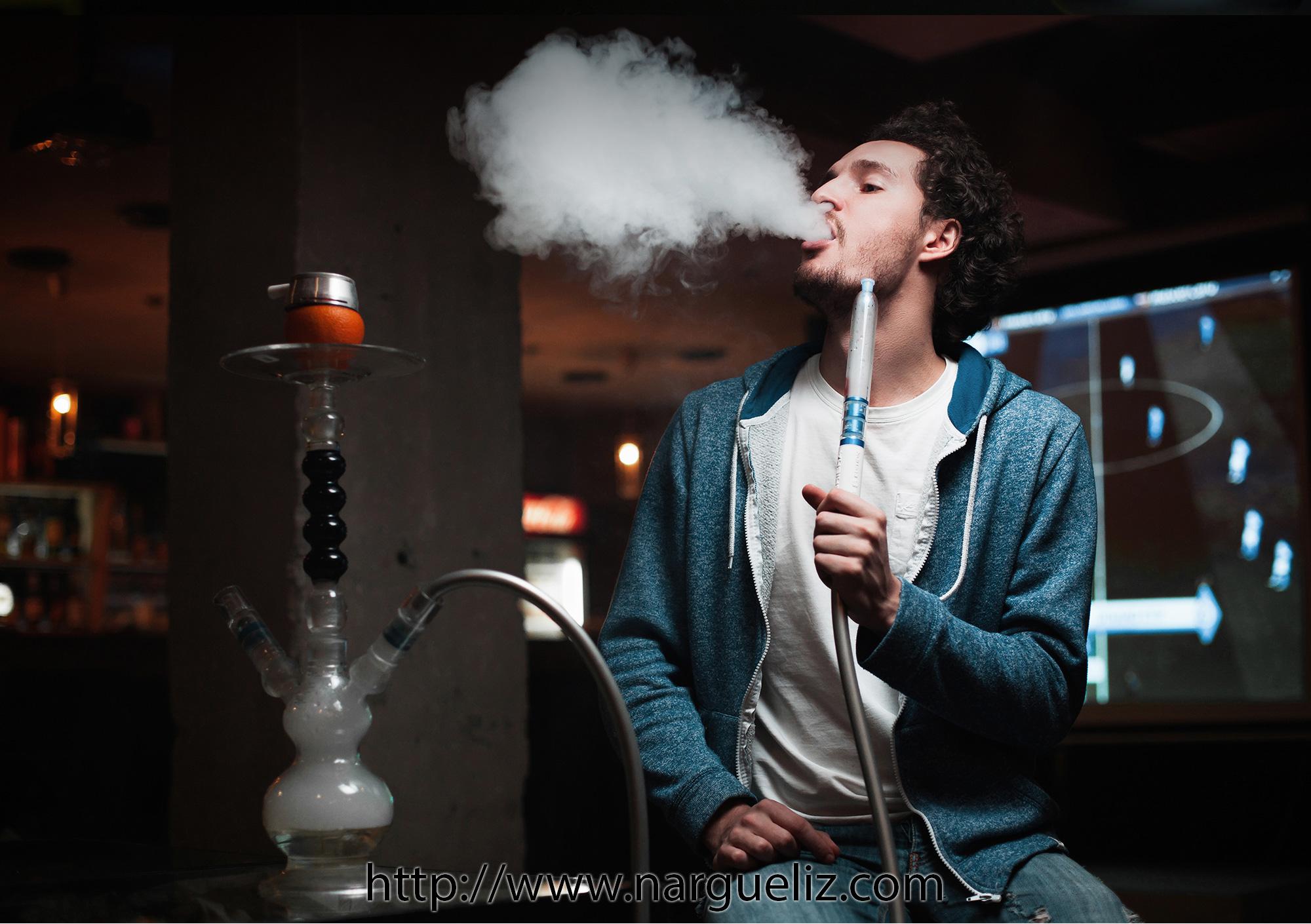 Fumer le narguilé, un plaisir venu d'Orient
